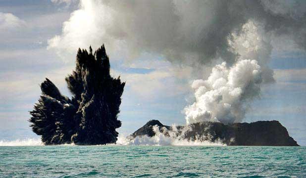 colas de gallo vlocánicas en la erupcion de Tonga en 2009