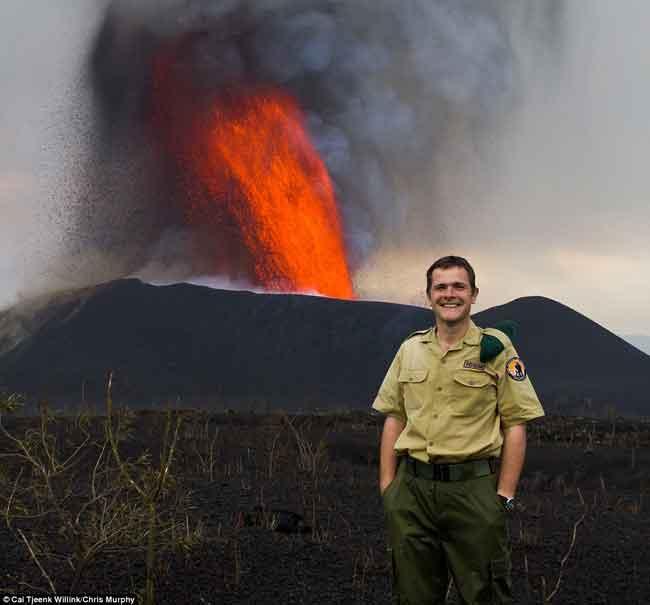 foto recuerdo en el volcán Nyamulagira