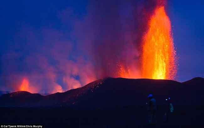 fuentes de lava en el volcán Nyamulagira