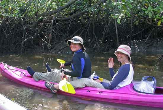 Joanna Ggyory y Hazel Levine en kayak