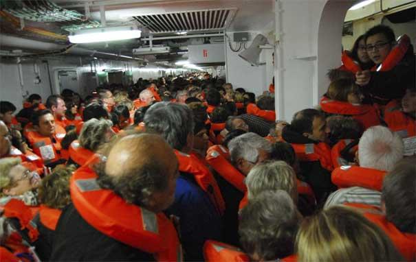crucero Costa Concordia, pasajeros con chalecos salvavidas