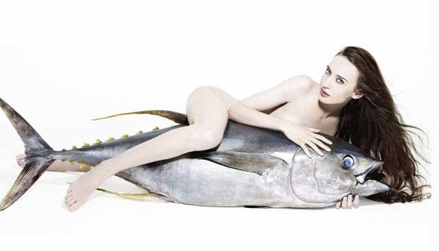 Lizzy Jagger posa con un atún