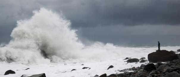 olas rompen a la orilla del mar cerca del glaciar Malaspina