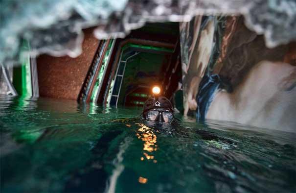 buzo inspeciona el crucero Costa Concordia