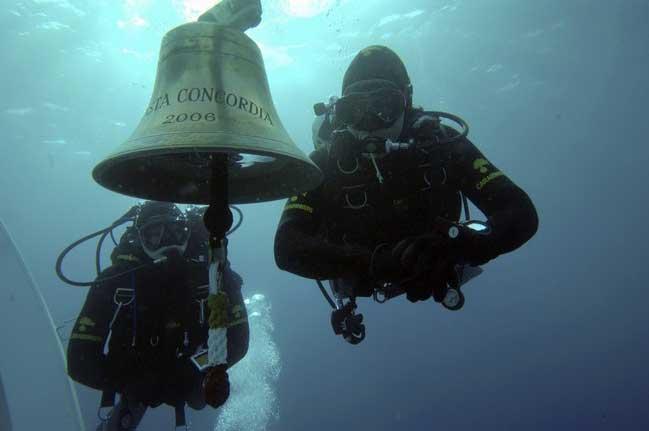 buzo inspecciona el interior del Costa Concordia
