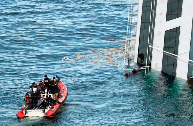 buzos rescatan un cádaver del Costa Concordia