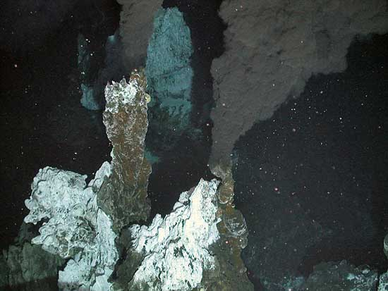 respiradero hidrotermal con fumarola negra