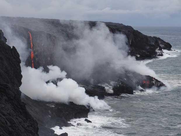 lava entra en el océano, volcán Kilauea Hawaii