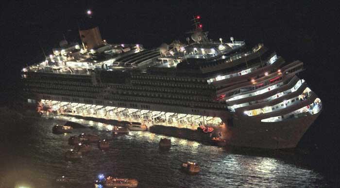 botes salvavidas huyen del Costa Concordia