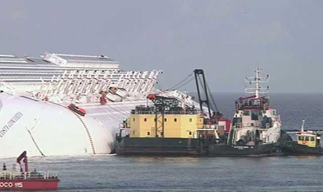 buques de salvamento junto al Costa Concordia