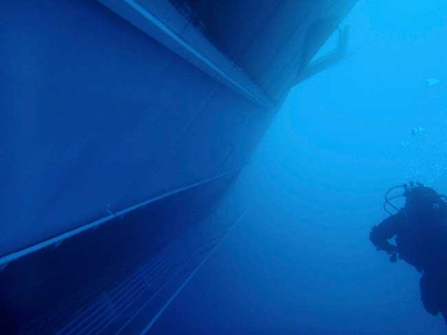 buzo en un costado del Costa Concordia