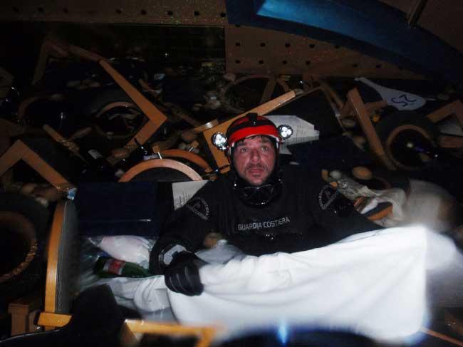 buzo en el interior del Costa Concordia