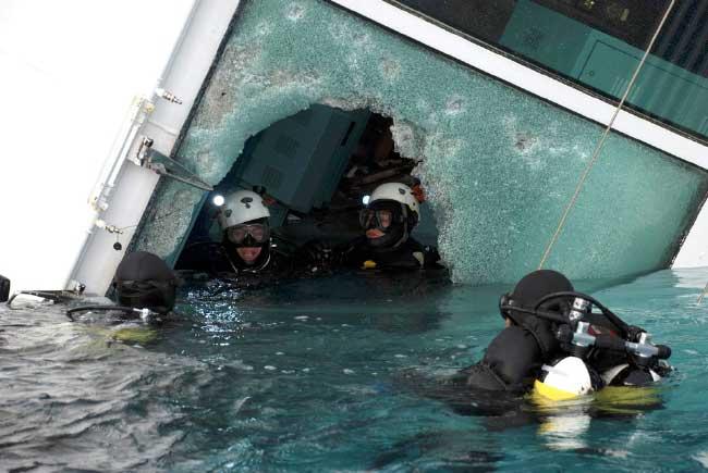 buzos de rescate en el Costa Concordia