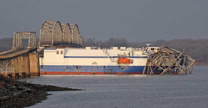 el carguero Delta Mariner derriba puente en Kentucky
