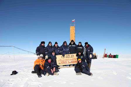 cientificos en el lago Vostok celebran la llegada hasta el agua