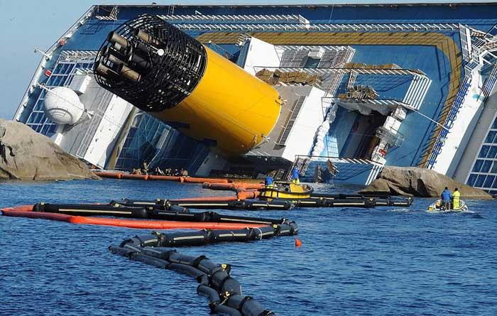 El Costa Concordia y las barreras anti-contaminación desplegadas