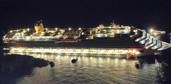 el crucero Costa Concordia iluminado después de encallar
