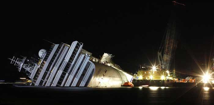 plataforma de recuperación de petróleo junto al Costa Concordia