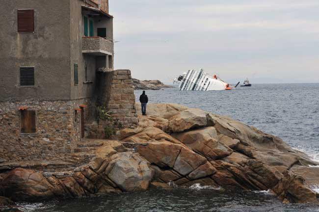 el Costa Concordia junto al puerto de Giglio