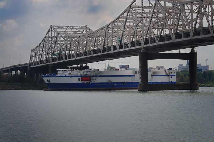El Delta Mariner cruzando el John F. Kennedy Memorial Bridge
