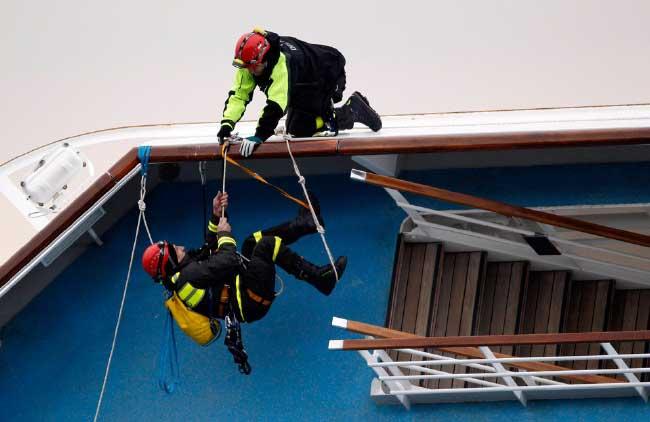 equiposde rescate de bomberos suben al Costa Concordia
