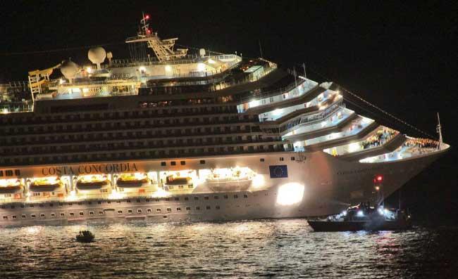 equipos de rescate rodean al Costa Concordia