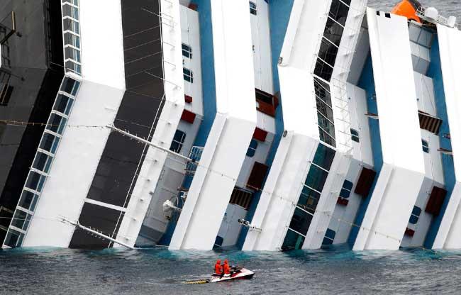 equipos de rescate llegan en moto acuática hasta el Costa Concordia