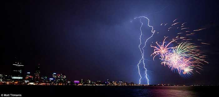 fuegos artificiales y rayos en el cielo de Perth, Australia