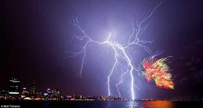 fuegos artificiales y rayos en Perth, Australia