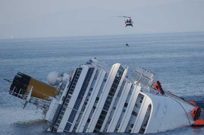 helicóptero rescatador sobrevuela el Costa Concordia