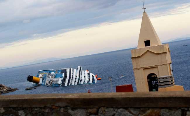 La iglesia de Giglio, al fondo el Costa Concordia