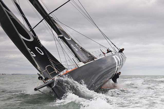 marineroa babor observa la posición de Alex Thomson