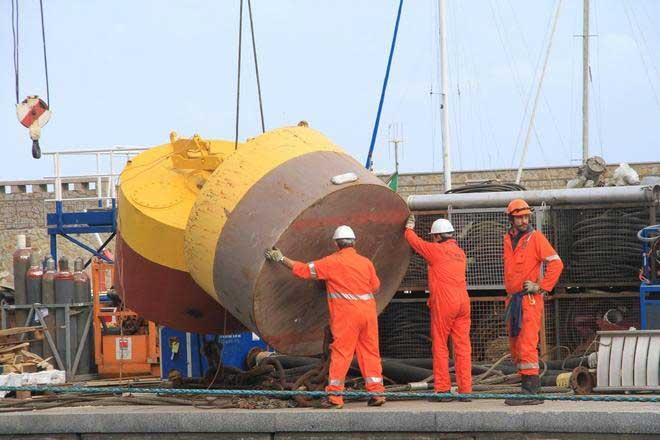 preparando amarres pra el Costa Concordia