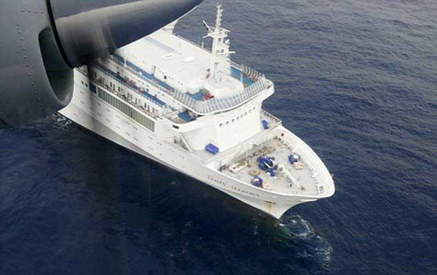 el crucero Costa Allegra desde un avión de la marina de India