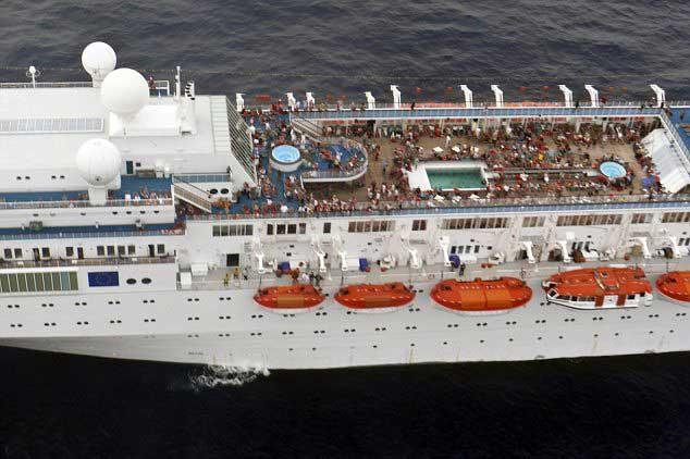 crucero Costa Allegra con los pasajeros en cubierta