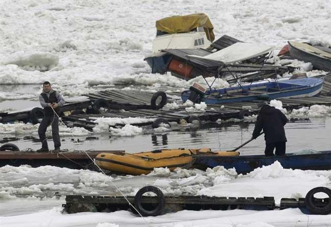 el hielo hunde barcos en el Danubio a su paso por Belgrado, febrero 2012