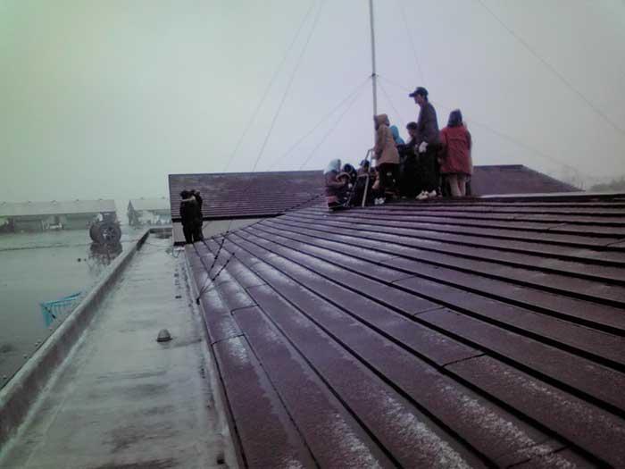 Ishinomani, niños subidos al techo de una guarderia durante el tsunami