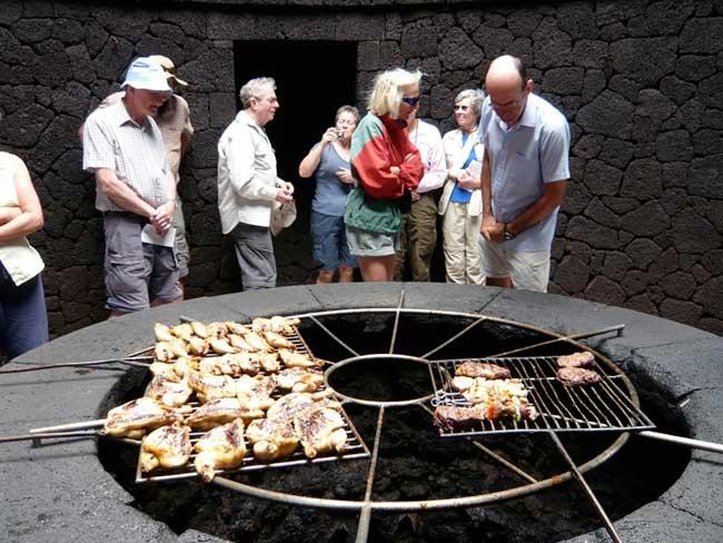 parrilla sobre un volcán en Timanfaya, Lanzarote - restaurante El Diablo
