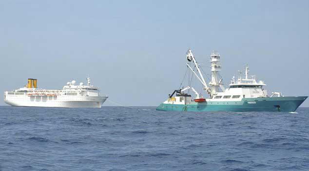 pesquero francés La Talenduic remolca al crucero Costa Allegra
