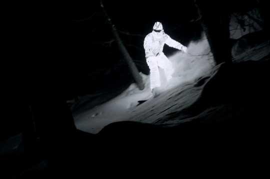 William Hughes surfeando con un traje de led