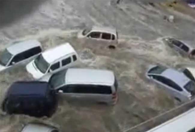coches arrastrados por el tsunami de Japón 11 de marzo de 2011