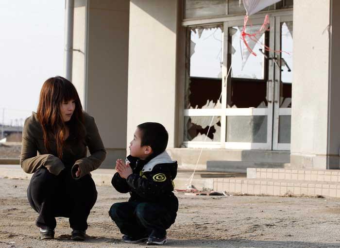 Yuko Sugimoto escucha mientras habla su hijo Raito