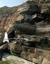 acantilado donde fue encontrado cráneo cocodrilo marino del Jurásico