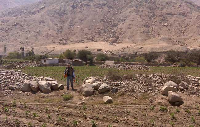 Benfer junto a uno de los montículos de Perú
