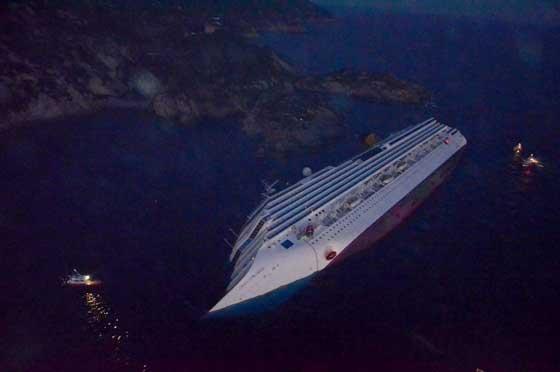 crucero Costa Concordia encallado en Giglio, Italia