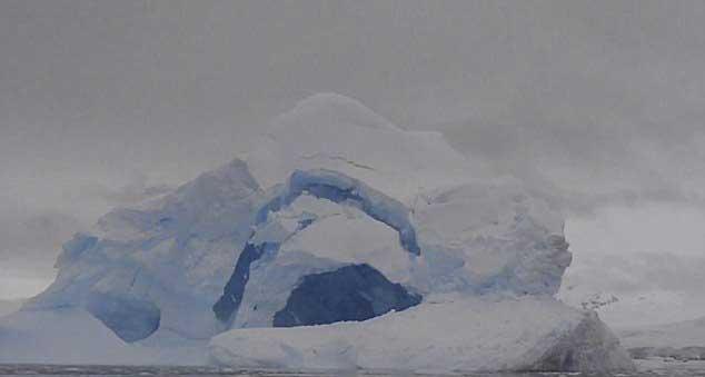 derrumbe de un iceberg en la Antártida