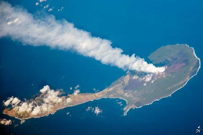 nube volcánica en la isla de Pagan