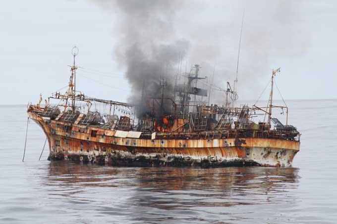 pesquero fantasma japonés en llamas
