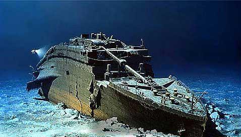 proa del Titanic y un ROV
