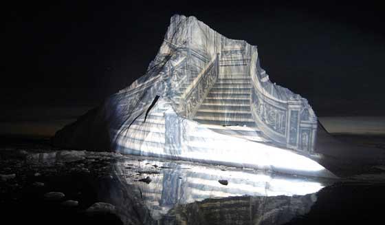 proyección de la escalera del Titanic sobre un iceberg gigante